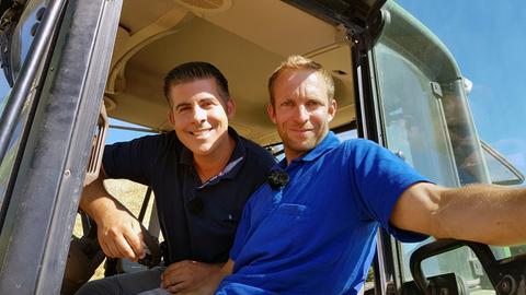 Wagyurind-Züchter Benjamin Althainz (re.) lässt Andreas Gehrke auch mal Schlepper fahren.