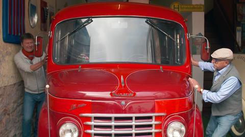 Oldtimer-Liebhaber Herbert Spross (re.) und Dieter Voss mit dem Fiat-Bus
