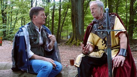 """Dieter Voss (links) mit Dieter Uffelmann als """"Ritter Dietrich vom Reinhardswald""""."""