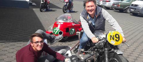 Moderator Dieter Voss mit dem Schottener Motorradfan Jann Philipp Wagner.