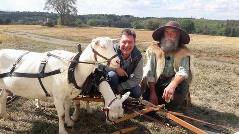 """Moderator Dieter Voss mit Ludwig """"Lucky"""" Bär, der im Vogelsberg einen Ziegenhof betreibt."""