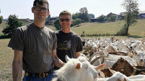 Die Ziegenbauern Timo Haas (links) und Frank Simon