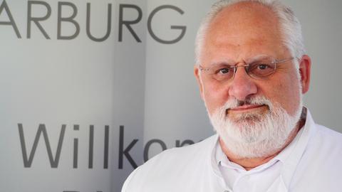 """Auf der Suche nach der richtigen Diagnose: Prof. Jürgen Schäfer, Chefarzt im Zentrum für unerkannte und seltene Krankheiten in Marburg, der hessische """"Dr. House""""."""