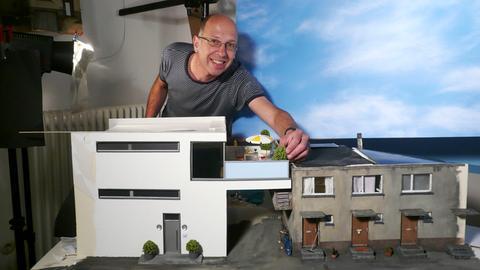 """Frank Kunert bei der Arbeit an seinem Miniaturmodell """"Ein Platz an der Sonne"""""""