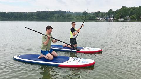Dieter Voss (li.) mit Surflehrer Andi Hinz auf dem Nieder-Mooser See