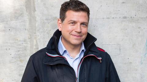 hr-Moderator Philipp Engel