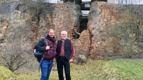 Tobi Kämmerer (links) mit Dr. Wilhelm Völcker-Janssen, Leiter des Stadtmuseums in Korbach, vor der Korbacher Spalte