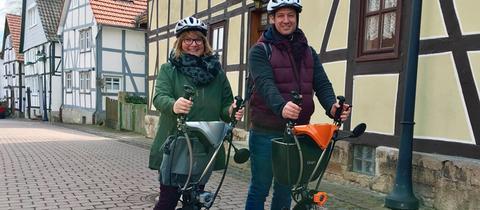 Tobi Kämmerer mit der Stadtführerin Petra Pohlmann unterwegs in Korbach