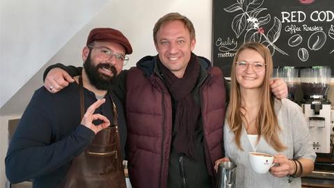 Tobias Kämmerer (Mitte) im Kaffeeladen von Mo und Viktoria Kaya