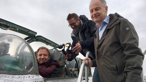 Tobias Kämmerer (links) mit dem Jetsammler Jürgen Sanner (rechts); in der Mitte Kameramann Lukas Lowack