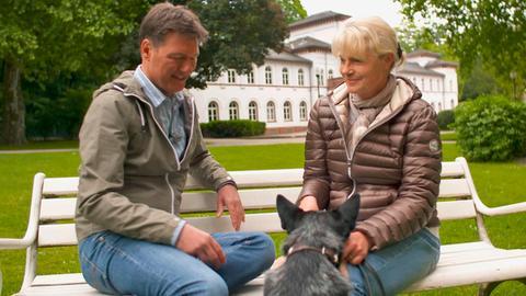 Dieter Voss mit der Krimiautorin Nele Neuhaus im Alten Kurpark in Bad Soden