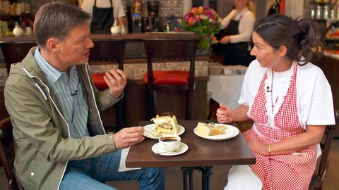 Dieter Voss mit Anja Klügling, der Besitzerin des Cafés Merci in Bad Soden