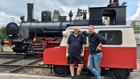 Tobias Kämmerer (re.) mit Stefan John vor der historischen Motordraisine der Eisenbahnfreunde Wetterau.