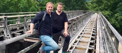 Tobias Kämmerer (li.) mit Alexander Tross auf dem Gradierbau.