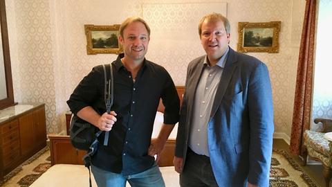Tobias Kämmerer (li.) mit Christian Möller im Elvis-Zimmer.