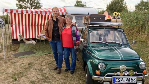 Tobias Kämmerer mit Gisela Adam und ihrem Oldtimer-Campinggespann.
