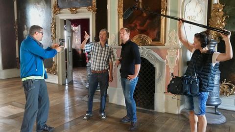 Tobias Kämmerer (2.v.r.) im Kloster mit Uwe Krienke (2.v.l.), Lukas Lowack (Kamera) und Simone Jung (Ton).