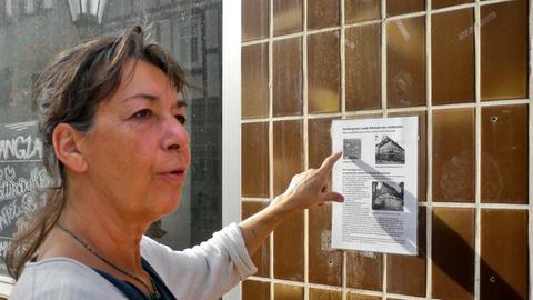 """Veronika Kühnapfel vom """"Verein Bau- und Wohnkultur Witzenhausen"""" vor einem leeren Ladengeschäft."""