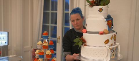 Jennifer Waidelich mit einer von ihr kreierten Hochzeitstorte