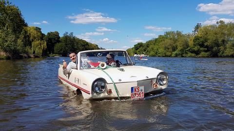 Andreas Gehrke mit Frank Müller aus Kassel in einem auf der Fulda schwimmenden Auto
