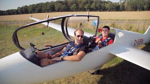 Moderator Andreas Gehrke sitzt in einem Segelflugzeug