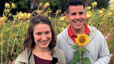 Andreas Gehrke mit der Landwirtin Franziska Dörr bei der Sonnenblumenernte