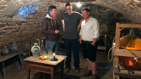 Dieter Voss mit Marius Napp und Timo Seibert in dessen Apfelweinkeller.