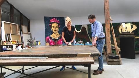 Dieter Voss mit der Künstlerin Tanja S. F. Hoffmann in ihrem Atelier in Götzenhain.