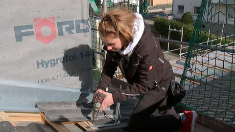 Die Dachdeckergesellin Larissa Würtenberger bei der Arbeit.