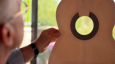Antonius Müller aus Aarbergen baut Gitarren ganz besonderer Güte