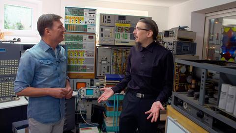 Moderator Dieter Voss (links) mit Prof. Dr. Bernd Ulmann, der in seinem Haus in Bad Schwalbach-Hettenhain die weltweit größte Sammlung von Analogrechnern beherbergt