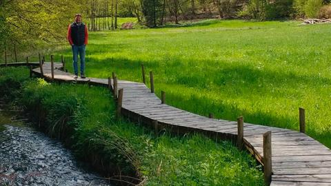 Dieter Voss auf dem Holzbohlenweg an der Wesemühle