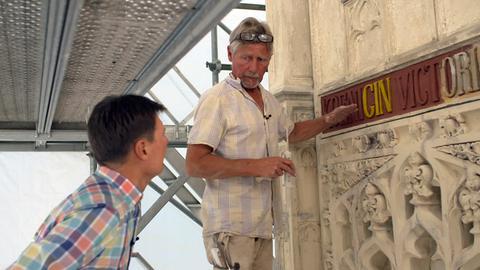Dieter Voss (links) mit dem Steinmetz Andreas Heimbrock, der gerade das Königin-Victoria-Denkmal restauriert