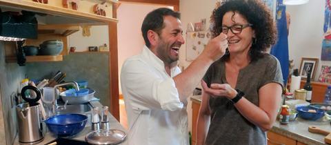 Profi-Koch Ali Güngörmüs lässt Claudia Hoffarth eine seiner Kreationen probieren