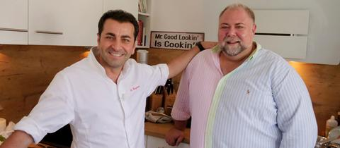 Hobbykoch Sven Maximilian Seib (rechts) fordert den Profi Ali Güngörmüs zur Koch-Challenge heraus