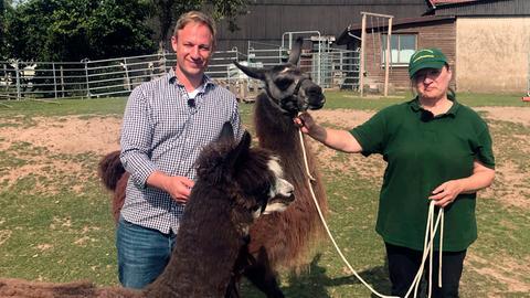 Tobi Kämmerer mit Silke Philipp-Odermatt, die mit Lamas, Alpakas und Eseln Trekking-Touren veranstaltet
