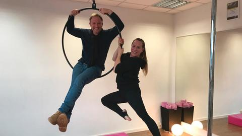"Tobi Kämmerer mit Theresa Theves in ihrem Pole-Dance-Studio in Bad Homburg beim ""Aerial Hoop"""