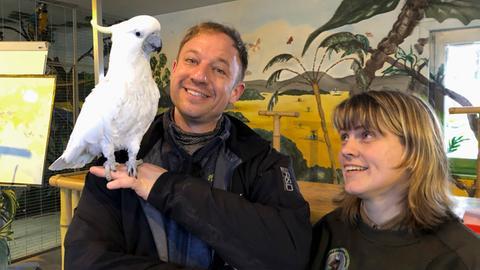 Tobias Kämmerer im Wildtierpark mit Petra Poppe und Kakadu Popeye