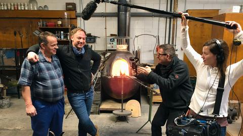 Tobias Kämmerer (zweiter von links) und das Team bei Glasmacher Sylvio Geyer