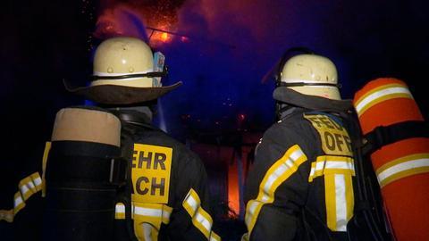 Feuerwehrmänner der Berufsfeuerwehr Offenbach im Einsatz.