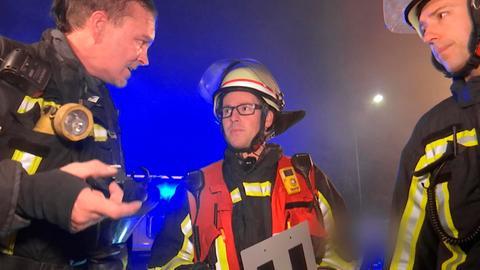 Die Feuerwehrleute Jörg Gerber, Manuel Neumann, Andy Glaw beratschlagen sich.