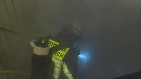 Die Feuerwehr Offenbach auf der Suche nach dem Brandherd im Keller eines Mehrfamilienhauses.
