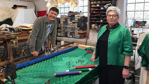 Dieter Voss mit Kornelia Ulrich in grüner Jacke in einer Schneiderei