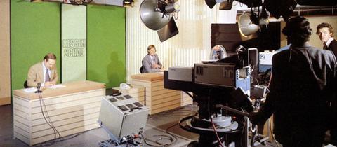 """Uwe Günzler (rechts) und Hans-Joachim Scherbening 1981 im """"Hessenschau""""-Studio"""