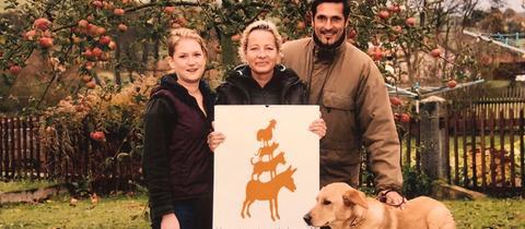 """Miglieder des Tierschutzvereins """"Verantwortung Leben"""" in Hosenfeld-Hainzell, in der Mitte die Leiterin Silke Gramatzki-Wieczorek."""