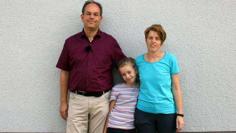 """Bastian Ripper, Vorsitzender des Darmstädter Nachbarschaftsvereins """"Zusammen in der Postsiedlung e.V."""" mit Tochter Maya und Ehefrau Ines"""