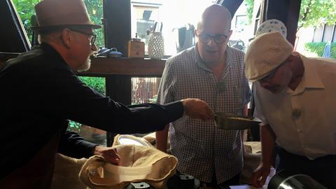 Jochen Werner (mi.) und Hans-Joachim Schmidt aus Darmstadt beim Kaffeerösten in Schotten