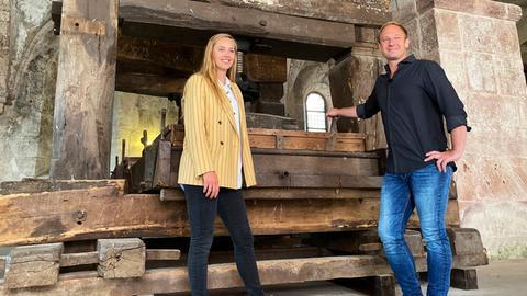 Tobi mit Jasmin Bähr vor der historischen Weinpresse im Kloster Eberbach.
