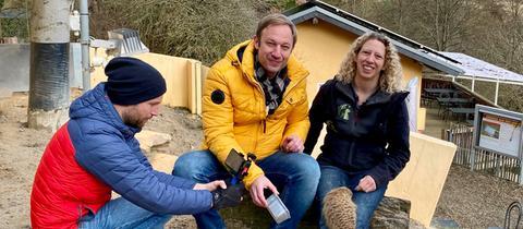 Tobias Kämmerer im Tierpark Herborn mit Britta Löbig bei den Erdmännchen.