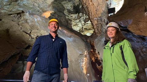 Tobi mit Annika Wiegand in Kubacher Kristallhöhle.